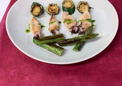 calamares con espárragos y calabacín en Salou restaurante Córcega